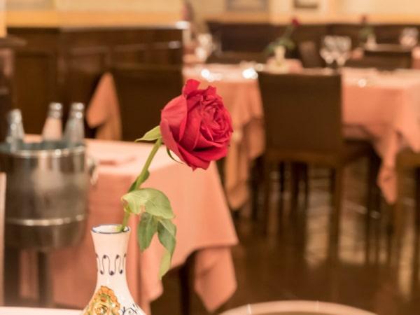 各テーブルにはバラの花も